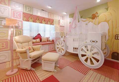 chiếc giường hình dáng cỗ xe đưa bé vào không gian thơ mộng