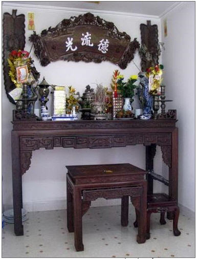 Trang trí phòng khách có bàn thờ