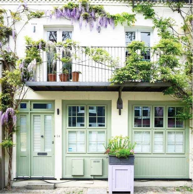 Nhìn vào ngôi nhà này bạn lập tức cảm thấy thật mát mắt và dễ chịu. Màu xanh nhẹ nhàng của nhưng khung cửa cùng dàn dây leo xanh mát, sắc tím mộng mơ của những bông hoa vô cùng hài hòa với nhau.