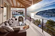 Còn gì tuyệt vời hơn khi nằm dài trên sofa thưởng thức trà chiều, ngắm nhìn ánh hoàng hôn trên một ban công lộng gió có tầm nhìn tuyệt đẹp như thế này?