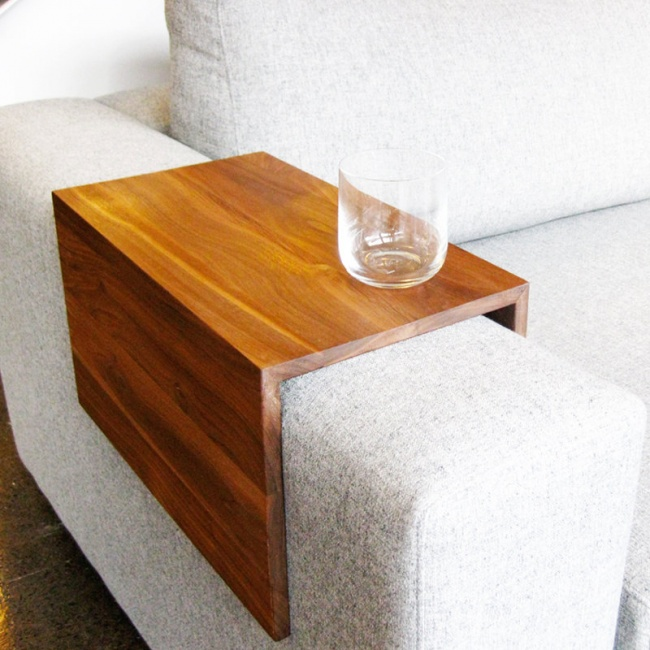 Một chiếc bàn nho nhỏ mà tiện dụng trên tay vịn sofa