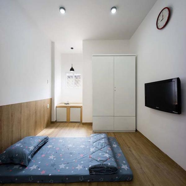 Phòng ngủ nhỏ đơn giản nhưng đầy đủ tiện nghi và đẹp mắt.