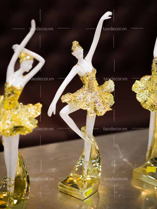 Bộ Tượng Cô Gái Bale Sứ Vàng Hồng - taodecor.vn trang trí nahf và quà tặng 3