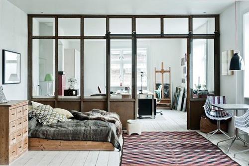 Cửa kính tách biệt giữa phòng ngủ và phòng làm việc