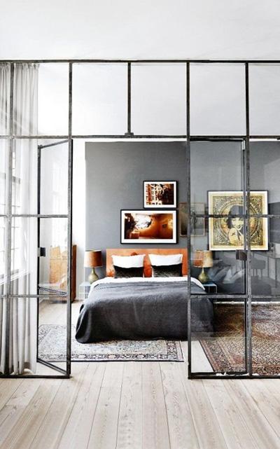 Thay thế những bức tường kin bởi những cửa kính trong phòng cho phòng ngủ