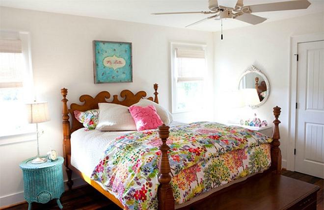 Chiếc giường như trong câu truyện cổ tích nhờ kết hợp khéo léo hoạ tiết hoa lá