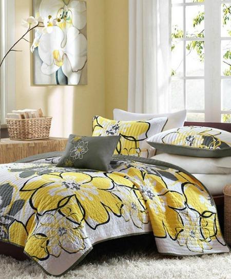 Hoạ tiết hoa lớn trên chăn gối kết hợp cùng với tranh treo tường