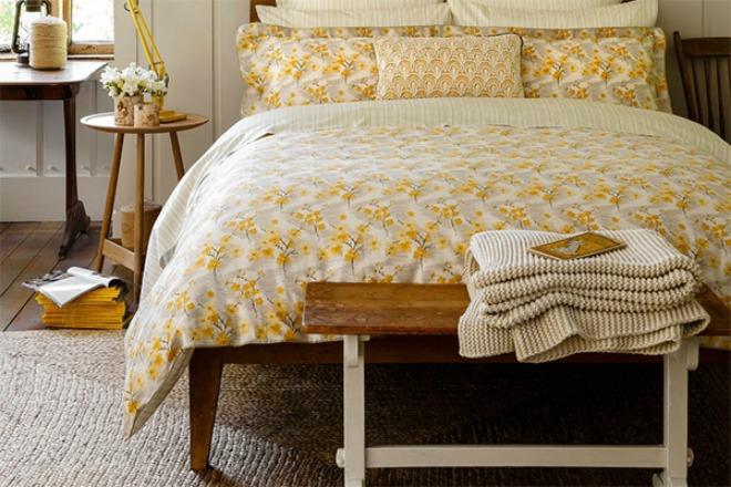 Bộ chăn ga hoa vàng như thế này kết hợp cùng với căn phòng có nhiều gỗ sẽ tạo nên phong cách vintage độc đáo