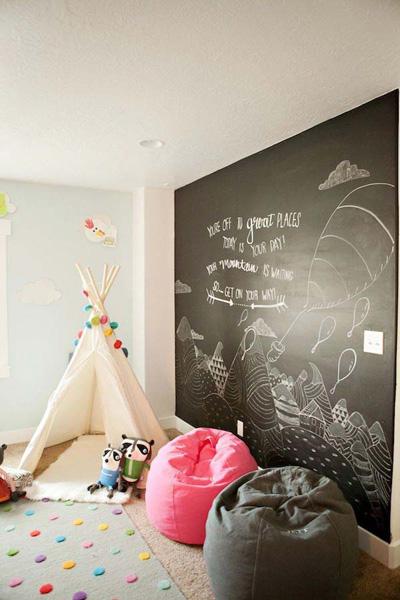 Lúc rảnh rỗi, các bậc phụ huynh trổ tài vẽ các hình ảnh ngộ nghĩnh trang trí cho phòng của trẻ