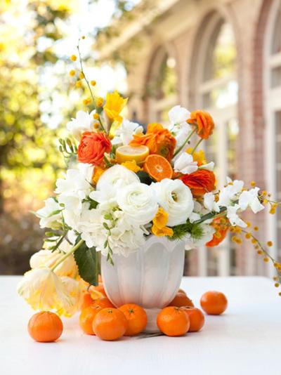 Những quả càm được kết hợp với những bông hoa trắng