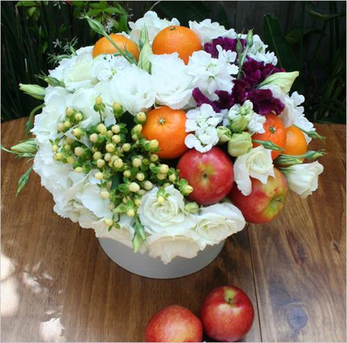 Giỏ hoa tròn kết hợp với táo và cam