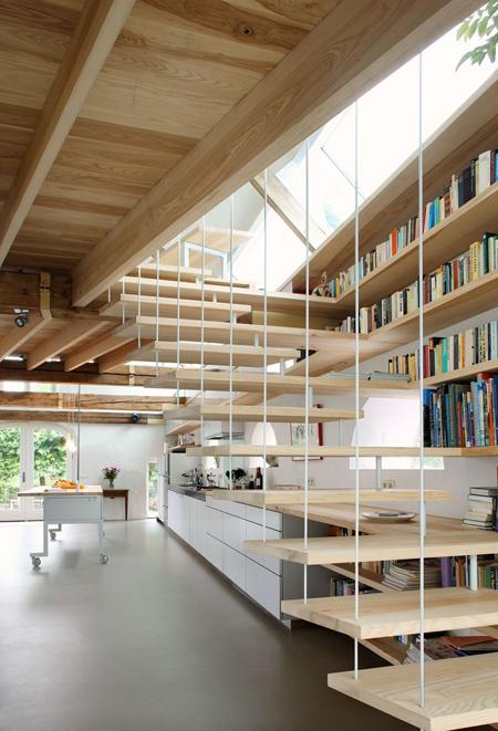 Sự kết hợp giản dị tủ sách- cầu thang