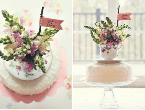 Món quà vừa có bánh và hoa