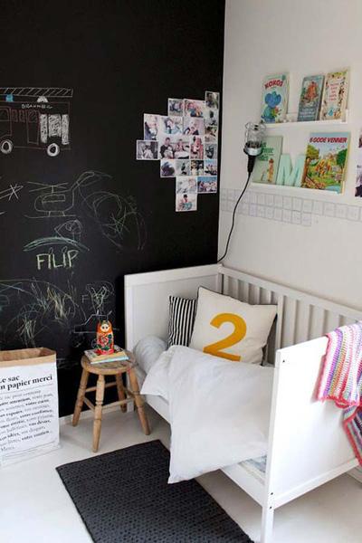 Những bức ảnh dễ thương của bé cùng gia đình dán trực tiếp lên tường.
