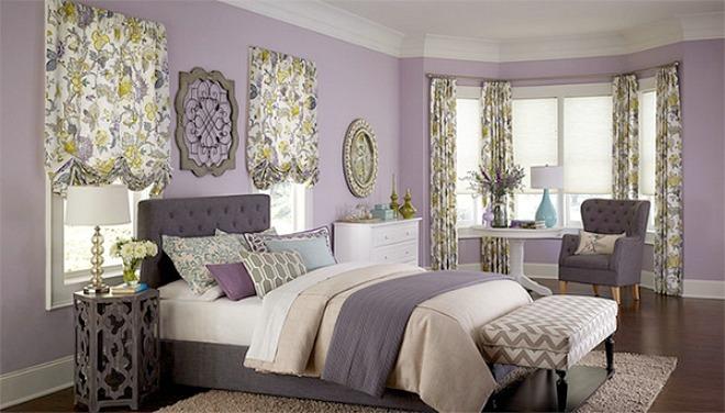 Căn phòng trở nên sang trọng hơn khi kết hợp các hoạ tiết hoa lá với nền tường màu tím