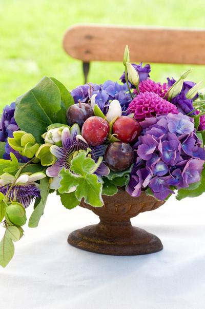 Màu tím của hoa kết hợp với nhưng quả táo và mận nhỏ