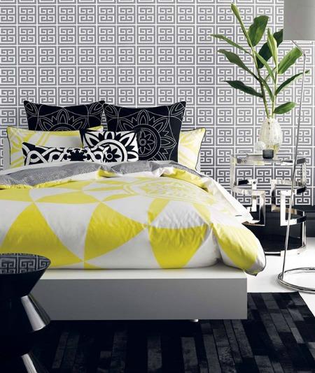 Kết hợp giữa vàng và đen làm cho bộ giường ngủ thêm độc đáo