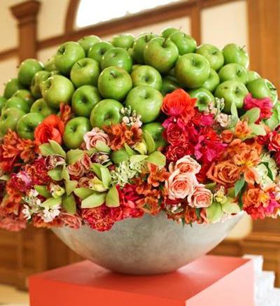 Một giỏ táo và hoa hồng