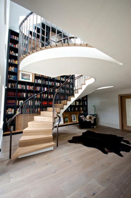 Tủ sách - cầu thang được kết hợp một cách sang trọng