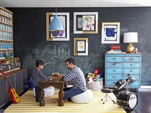 Bé có thể thoải mái tô vẽ, tập viết trên bảng đen rồi dễ dàng lau sạch để tiếp tục sáng tạo.