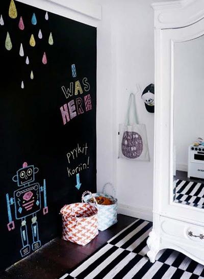 Khi trẻ còn nhỏ, bố mẹ nên tạm thời sáng tác làm đẹp cho bức tường đặc biệt.