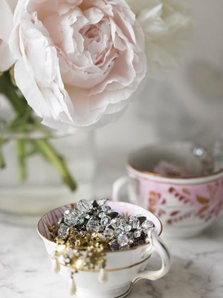Sáp xếp cái tách trà trên bàn trang điểm