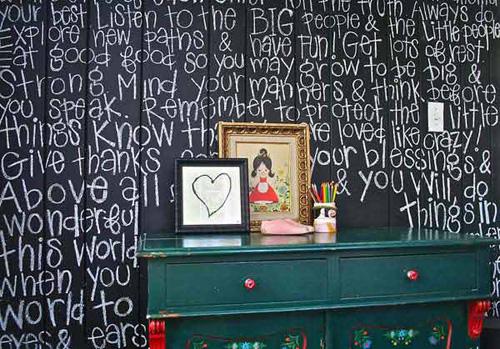 Một trong những sở thích của trẻ là vẽ vời ở mọi khoảng trống, trong đó có tường. Thay vì quản lý, lo lắng vì phải đi lau chùi tường bị bôi bẩn, bạn hãy tạo ra các mảng tường giống như bảng đen.