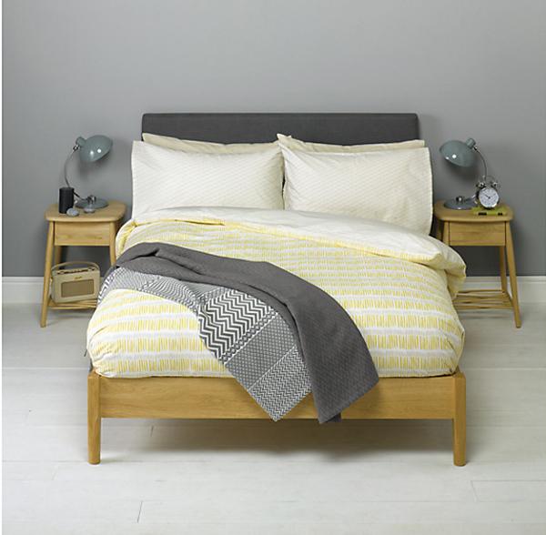 Bộ chăn đệm vàng nhạt luôn hài hoà với ga phủ giường màu tối