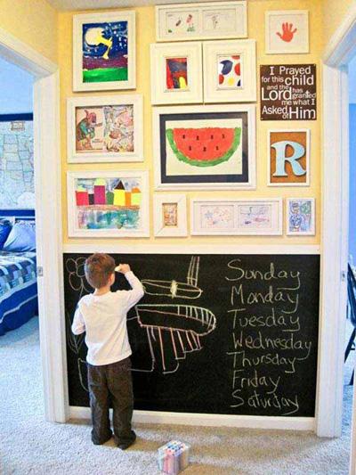 Sự kết hợp giữa bảng đen là những bức tranh do trẻ vẽ tạo nên một góc gallery ấn tượng