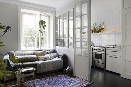 Cửa kính phân tách giữa nhà bếp và phòng khách