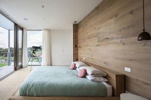Nhẹ nhàng với một bức tường gỗ lớn