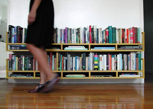 Đặt những cuốn sách lớn bằng cách nằm dọc