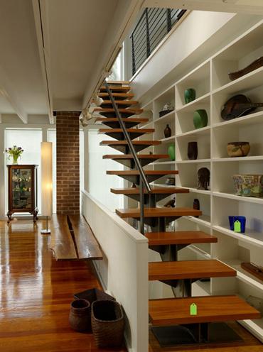 Với cầu thang trong nhà không nên quá cầu kỳ về họa tiết sẽ làm giảm độ sang của nội thất