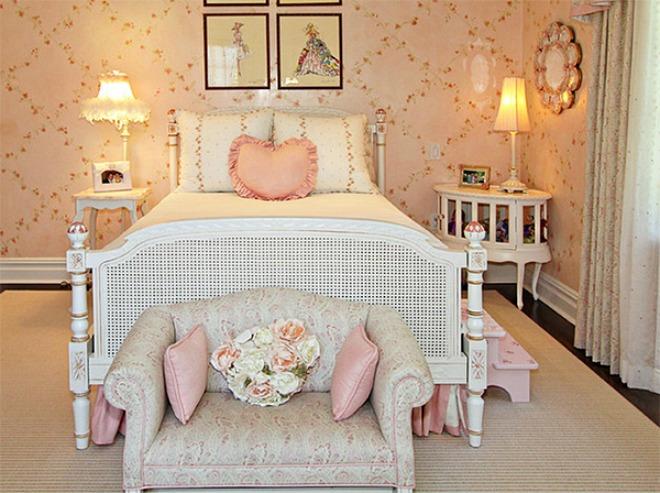 Hoạ tiết hoa nhí trên tường giúp cho phòng ngủ trở nên lãng mạn, ngọt ngào