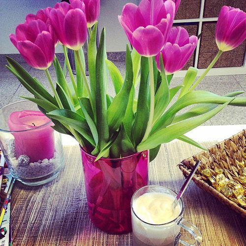 Bình cùng tông màu với hoa thể hiện gu thẩm mỹ tốt của chủ nhà.