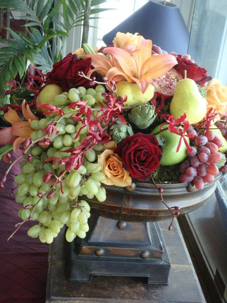Một giỏ hoa với nhiều loại quả