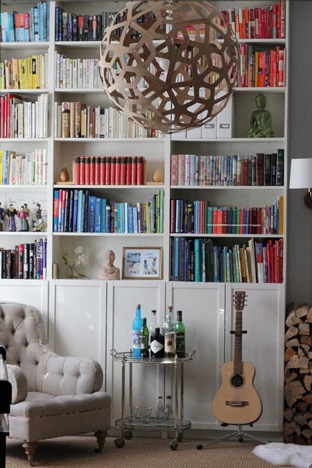 Xếp những cuốn sách cùng màu hay cùng nội dung