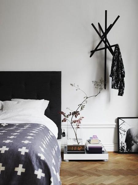 Chiếc bàn ngủ không phải lúc nào cũng cần ngang với giường