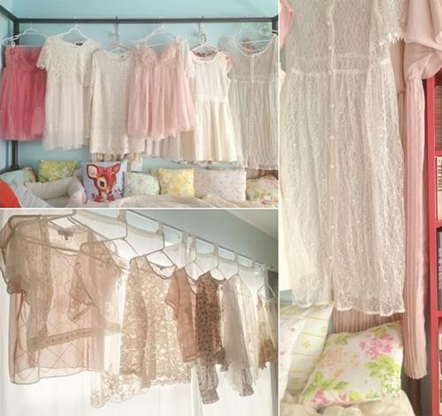 Hãy treo những bộ váy, áo lên tường để căn phòng trở nên nữ tính