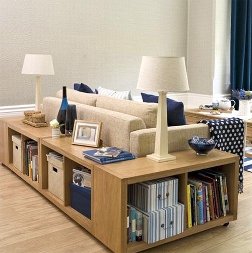 Tủ gỗ kiểu thấp, ẩn sau bộ ghế sofa