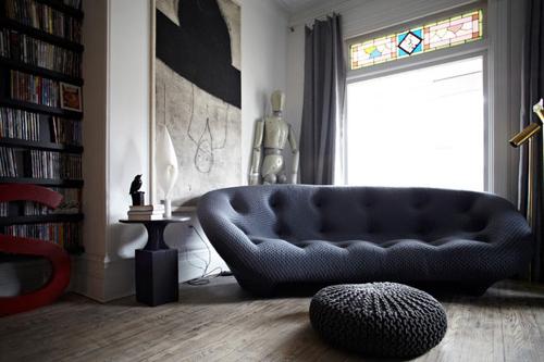 Chiếc sofa màu xám ấm áp