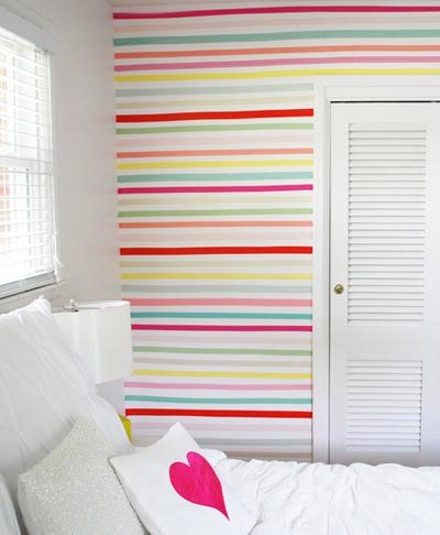 Căn phòng trắng trở nên đầy sức sống với bức tường bảy sắc cầu vồng.