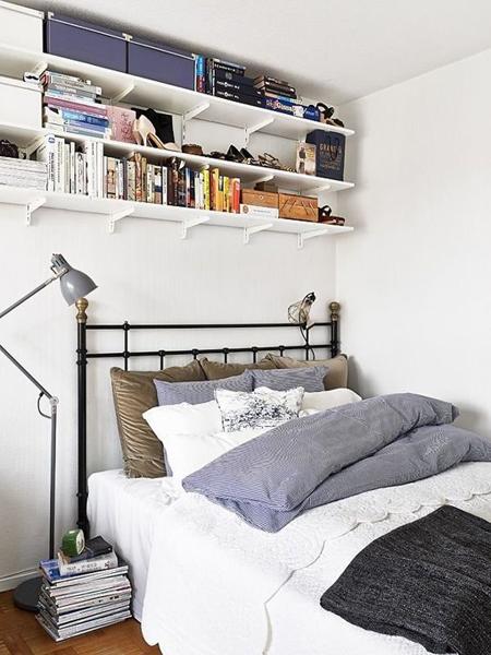 Giá sách treo trên phía đầu giường