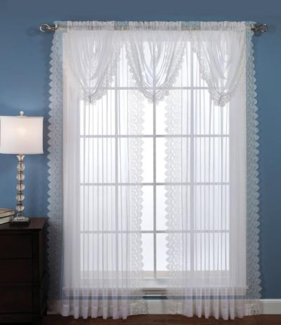 hoặc chiếc đèn ngủ cùng tone màu với rèm