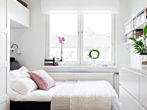 Phòng ngủ nhỏ, có nhiều tủ kệ nhưng vẫn gọn gàng, đẹp mắt