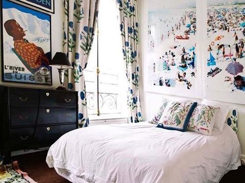 Căn phòng tạo cảm giác thoải mái hơn do rèm cừa kết hợp với ảnh treo tường