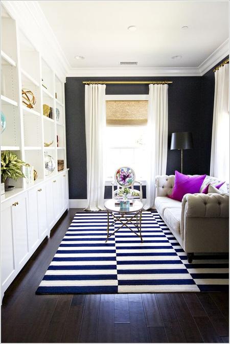 Điẻm nhám cho ngôi nhà là chiếc thảm đen trắng