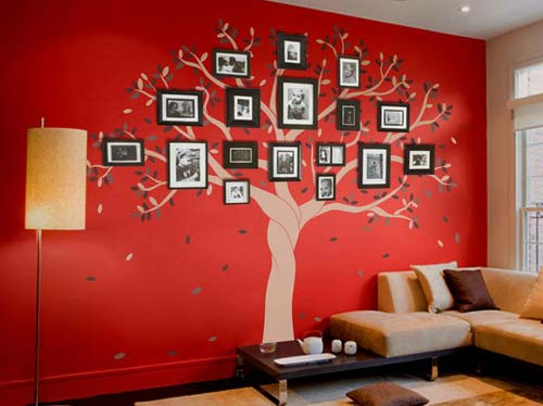Tường nhà đỏ tạo nên nền tuyệt vời cho cây gia đình