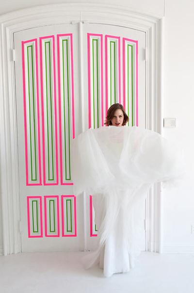 Với cuộn băng dính màu hồng và màu xanh, bạn đã có thể khiến con hào hứng muốn khám phá phòng