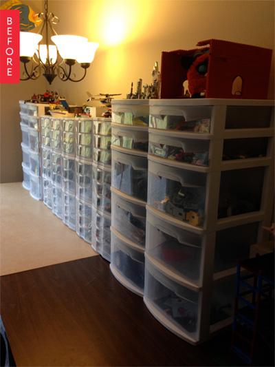 Đồ chơi đầy các ngăn tủ ở phòng khách